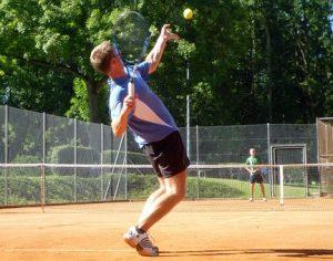 Se le ha llamado tenis deporte blanco durante muchos años a causa de la ropa, en sus inicios (en Europa en el siglo XIX), se requiere, pero con los años pasó a segundo término.